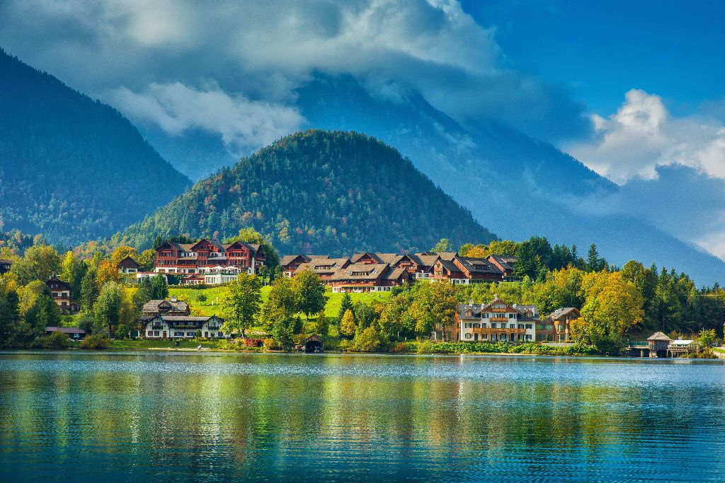 Grundlsee-Blick vom See auf die Mondi-Hotelanlage