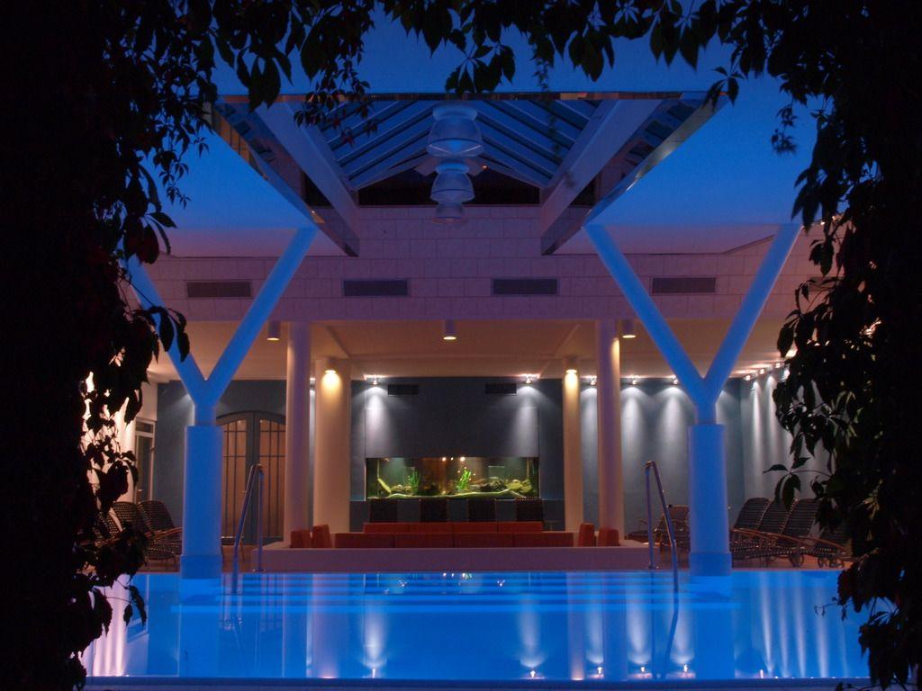 Spa bei Nacht blau