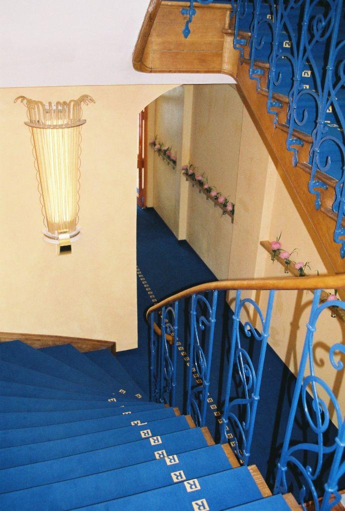 Treppenhaus mit Logo-Teppich
